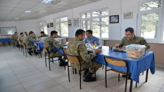 Askerler aralıklı düzende oturarak virüsten korunuyor